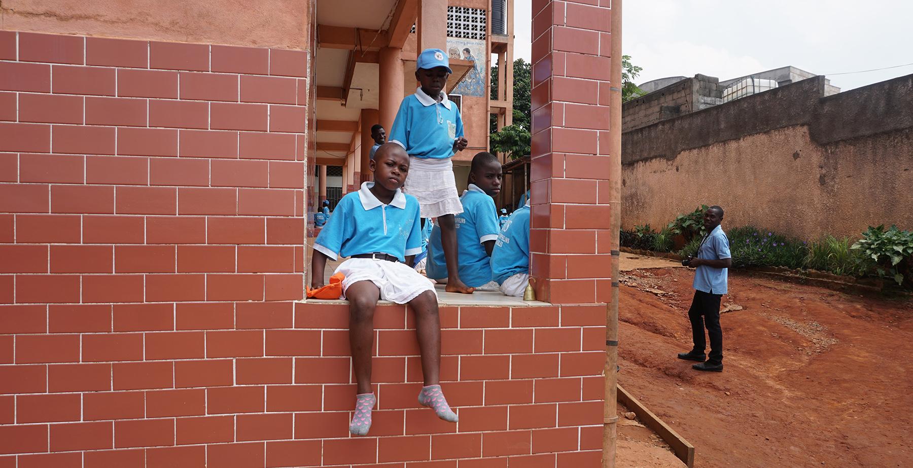 DSC03061 _Girl in wall